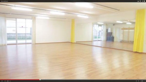 Gymnastikraum bewegungsraum turnhalle for Garderobe zumba